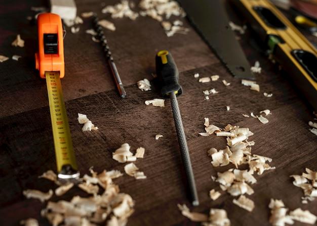 Utensili in legno vista dall'alto sulla scrivania