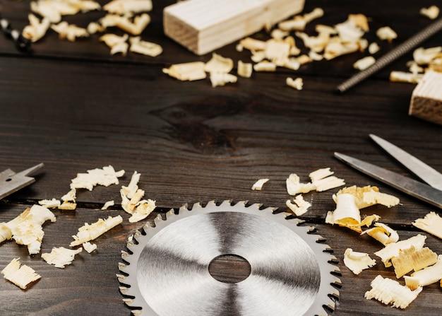 Деревянные инструменты на столе
