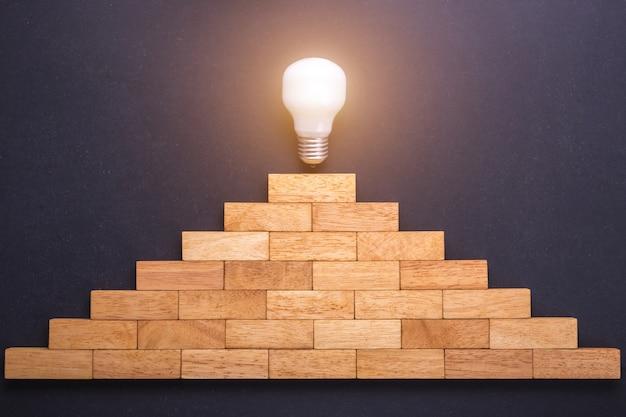 黒い石のボード上の階段のために設定されたトップビューの木製ブロック