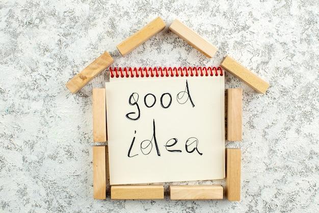 흰색 회색 배경에 종이에 쓰여진 평면도 나무 블록 집 모양 좋은 아이디어