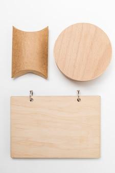Disposizione di oggetti in legno e cartone vista dall'alto
