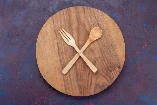 暗い表面の木製の木製カトラリーの上面図木製フォークスプーン