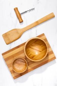 Utensili da cucina in legno vista dall'alto sul tavolo