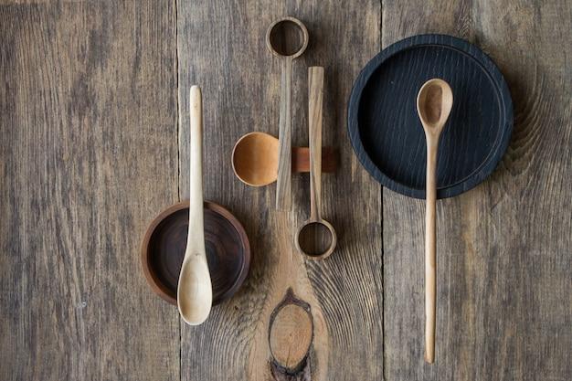 木製のテーブルの上のビュー木製のスプーンとプレート