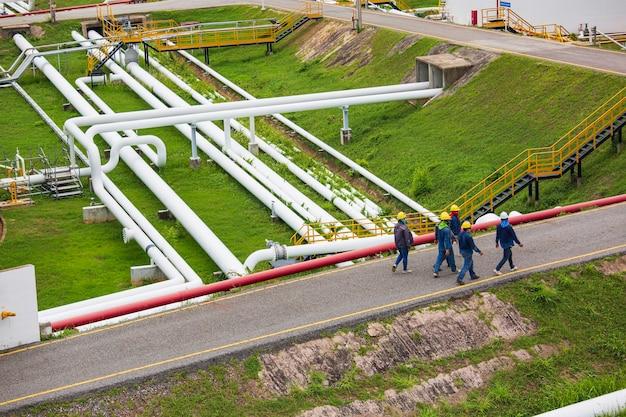 パイプライン石油の原油石油化学産業におけるトップビューの労働者鋼の長いパイプ。