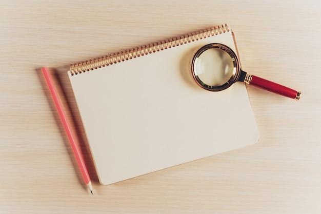 Рабочая область сверху вид с пустой блокнот и ручка на деревянный стол