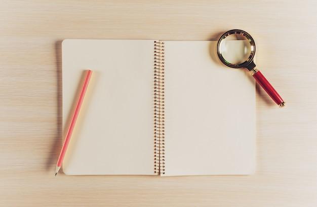 Рабочая область сверху вид с пустой блокнот и ручка на деревянный стол Premium Фотографии
