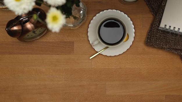 タブレット、キーボード、コーヒーカップ、花のある上面図ワークスペース