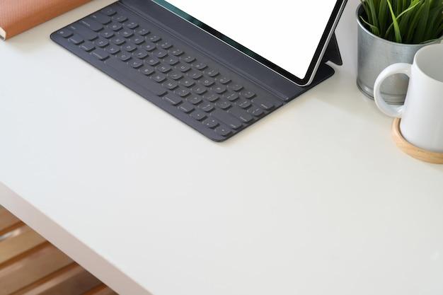 Вид сверху рабочей области с планшета, офисные столы на белом деревянный стол