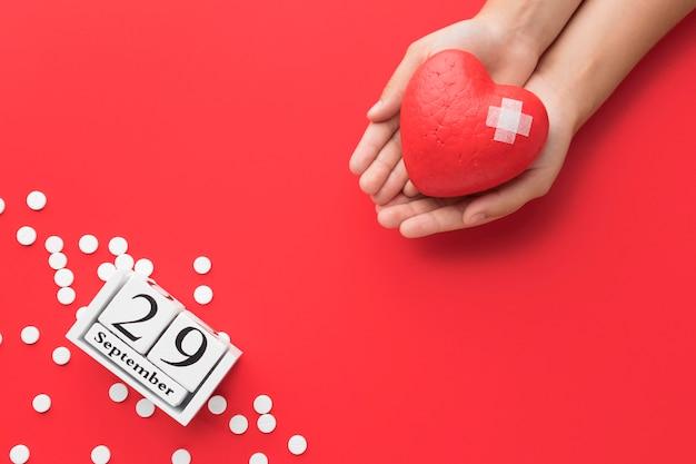 Concetto di giornata mondiale del cuore vista dall'alto con le pillole