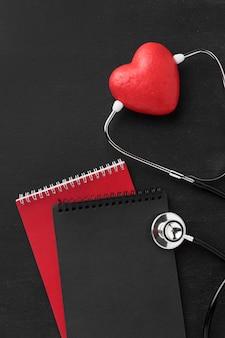 Вид сверху на день сердца со стетоскопом