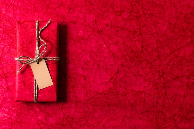 トップビューは、空のタグとコピースペースでクリスマスプレゼントをラップ