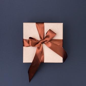 Вид сверху упакованный подарок на темном фоне