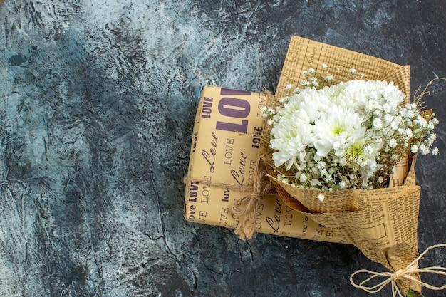어두운 배경 복사 장소에 상위 뷰 포장된 선물 꽃