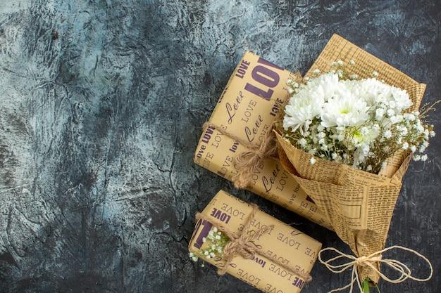 복사 장소가 있는 어두운 배경에 상위 뷰 포장된 선물 꽃