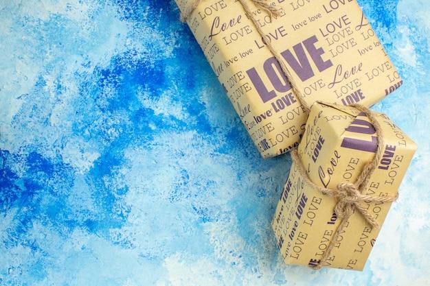 파란색 배경 여유 공간에 상위 뷰 포장된 선물