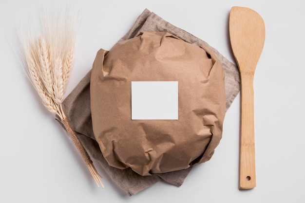 Vista dall'alto avvolto pane tondo con forchetta di legno