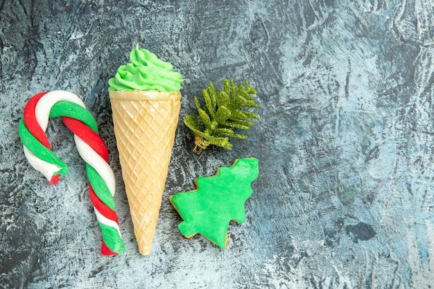 灰色の表面の自由な場所の上面図クリスマスキャンディーアイスクリーム