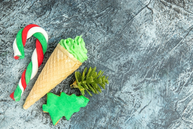 コピースペースのある灰色の表面に上面図のクリスマスキャンディーアイスクリーム