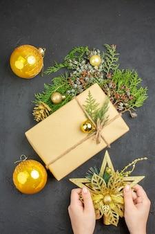 上面図クリスマスギフトモミの木の枝ベージュの表面にクリスマスツリーのおもちゃ