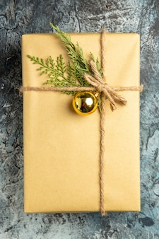 Vista dall'alto rami di pino regalo di natale su superficie grigia