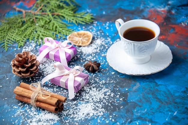 상위 뷰 크리스마스 선물 전나무 나뭇가지 콘 아니스 파란색 배경 무료 장소