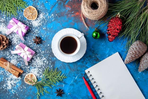 상위 뷰 크리스마스 선물 전나무 나뭇가지 콘 아니스 파란색 표면에