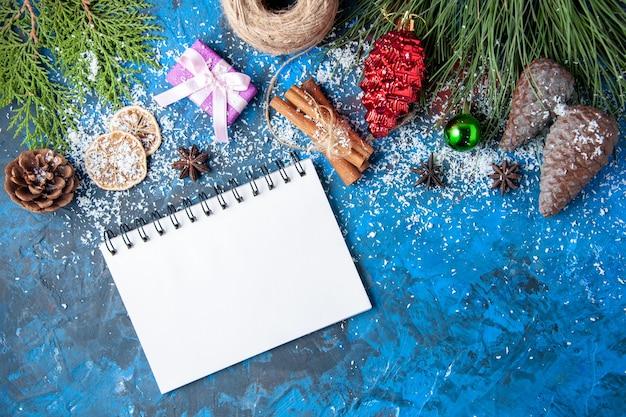上面図クリスマスギフトモミの木の枝コーンは青い表面にアニス