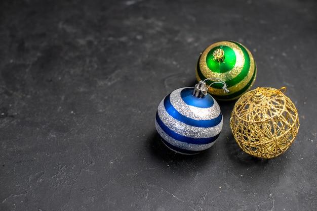 空きスペースのある暗い孤立した表面上の上面図のクリスマスツリーボール