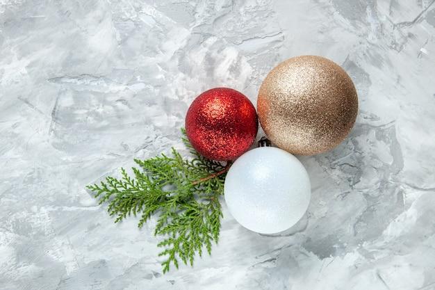 灰色の表面の上面図クリスマスツリーボール
