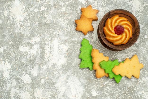 회색 테이블 여유 공간에 그릇에 상위 뷰 크리스마스 트리 쿠키 비스킷