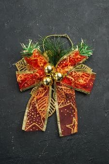 暗い表面の上面図クリスマスチュール弓