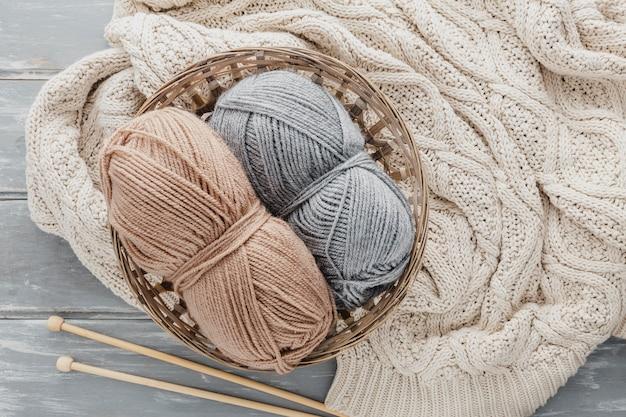 Вид сверху пряжи в корзине с пуловером