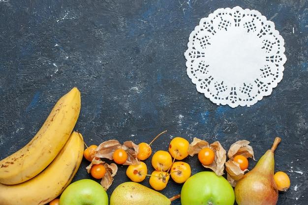 上面図黄色いバナナと新鮮な青リンゴのペアのベリーは、紺色の机の上の甘いサクランボフルーツベリー健康ビタミン