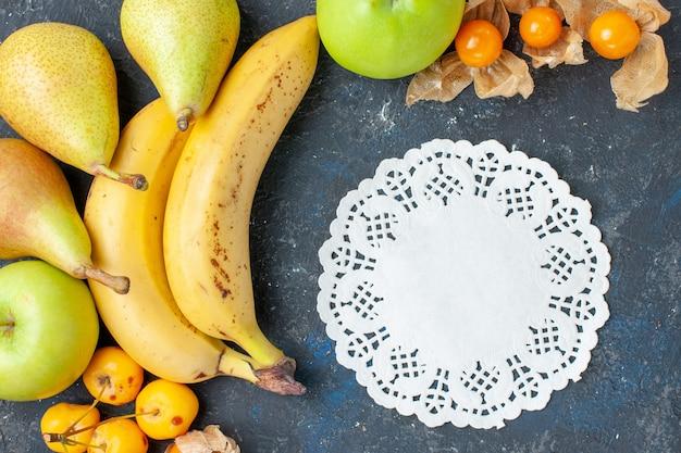 上面図黄色いバナナと新鮮な青リンゴのペアのベリーは濃い青の背景に甘いサクランボフルーツベリー健康ビタミン甘い