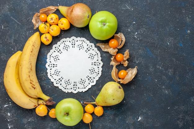 上面図黄色いバナナと新鮮な青リンゴのペアのベリー、ダークブルーのデスクに甘いサクランボフルーツベリーフレッシュヘルスビタミン
