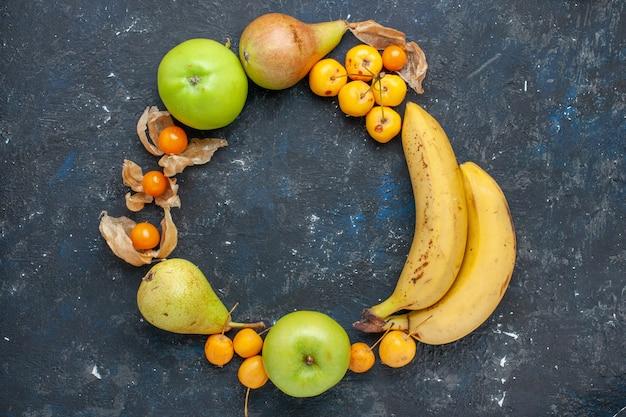 上面図黄色いバナナのペアと新鮮な青リンゴ梨の甘いサクランボの紺色の床フルーツベリー新鮮な健康