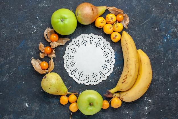 上面図黄色いバナナと新鮮な青リンゴのペア、暗い机の上の甘いサクランボフルーツベリー新鮮な健康