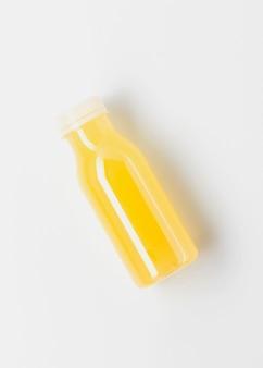 Vista dall'alto della bottiglia di succo giallo