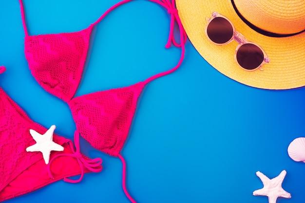 상위 뷰 노란색 여름 모자와 비키니 프리미엄 사진