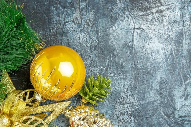 Vista dall'alto giallo albero di natale palla ornamenti di natale su superficie grigia