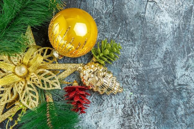 회색 배경 복사 공간에 상위 뷰 노란색 크리스마스 트리 볼 크리스마스 장식품