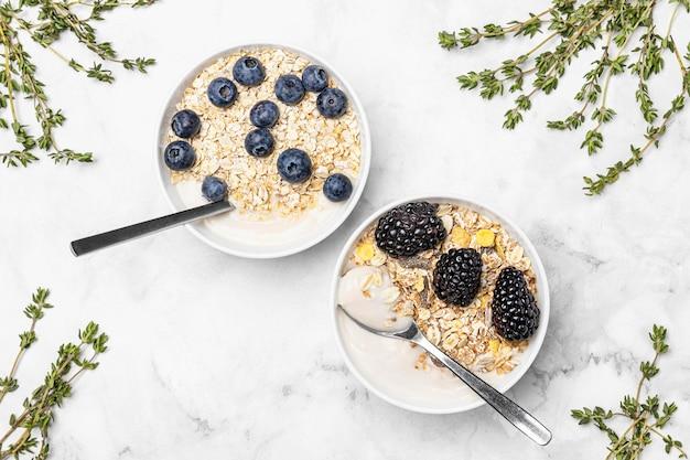 Вид сверху йогурт с фруктами и овсом