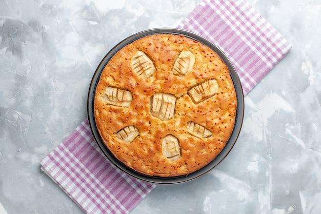 Vista dall'alto yummy torta di mele dolce al forno all'interno della padella su superficie chiara