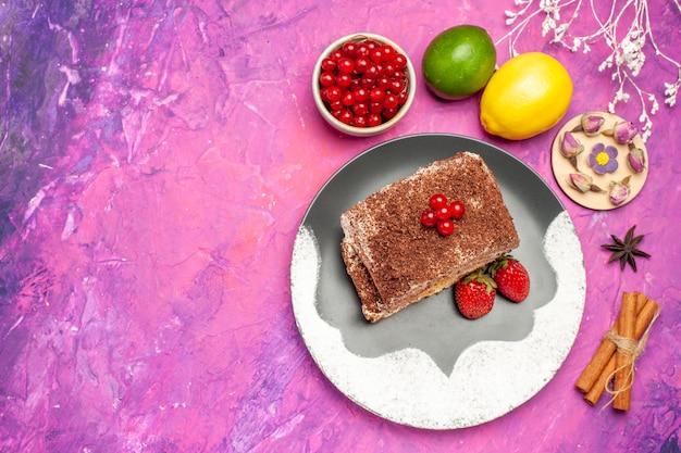 上面図ピンクの背景にフルーツとおいしいビスケットロール