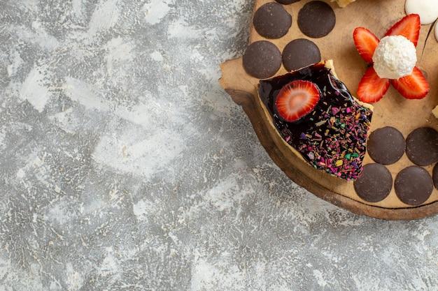 흰색 표면에 초코 쿠키와 상위 뷰 맛있는 케이크 조각