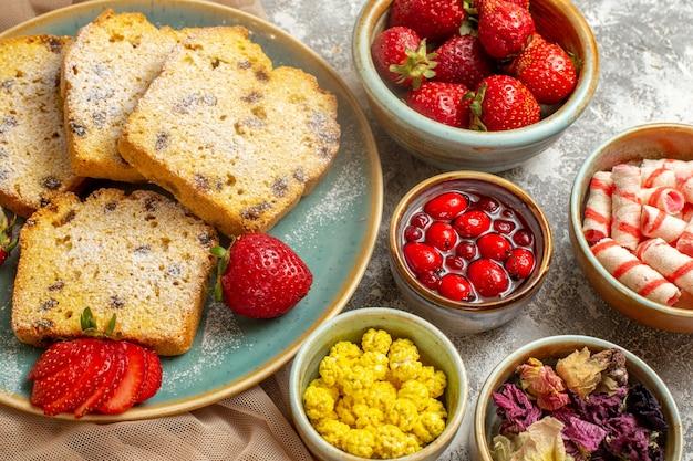 빛에 신선한 딸기와 함께 상위 뷰 맛있는 케이크 조각