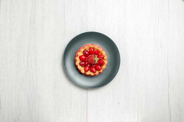 흰색 책상에 접시 안에 신선한 과일과 함께 상위 뷰 맛있는 케이크