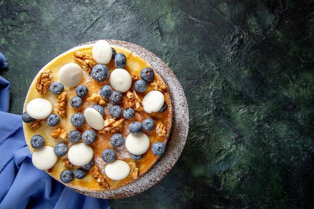 クルミブルーベリーとクッキーの暗い表面の上面図おいしいケーキ