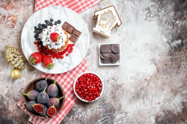 Vista dall'alto gustosissime torte con frutta fresca su sfondo chiaro